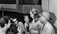 Fauzi Arap, José Wilker, Glauce Rocha, Clarice Lispector e Dirce Migliaccio conversam (Foto Carlos.Cedoc/Funarte)
